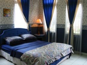 Kamar tidur utama di lantai dasar.