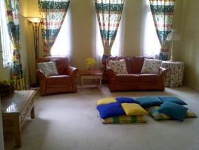 Ruang keluarga cukup luas untuk berkumpul.