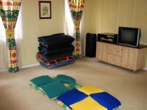 Ruang keluarga + TV & DVD, tambahan 5 kasur lipat dan bantal