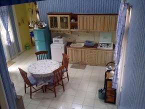 Ruang makan dan dapur yang bersih.