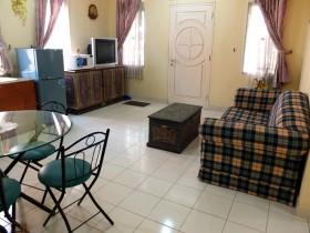 Ruang keluarga menyatu dengan ruang makan dengan dilengkapi dengan TV, kulkas, micro wave dsb.